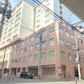 大きな建物。1階にはコンビニやお弁当屋さんなどが入っていて便利ですよ!