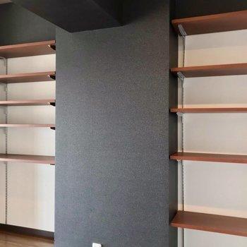 可動棚には本や雑貨を並べるのにいいですね◯