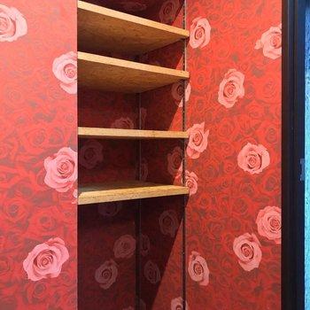 扉の前には可動棚。タオルなどの収納に(※写真は清掃前のものです)