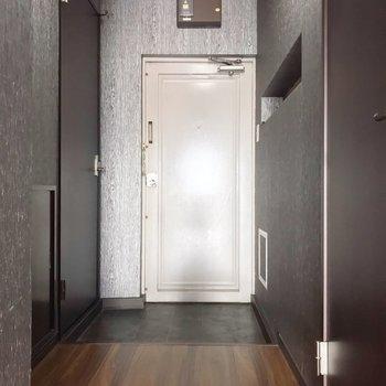 玄関周りはゆったり。隣の扉の中は電気温水器です(※写真は清掃前のものです)