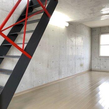 赤と黒のスタイリッシュな階段