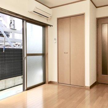 お部屋はシンプル空間。