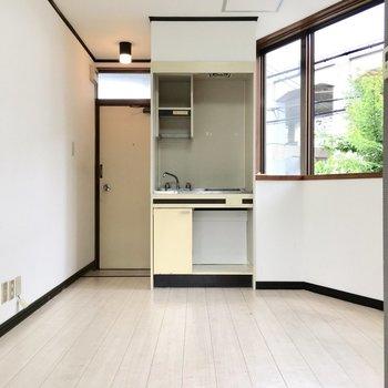 小型冷蔵庫をキッチン下のスペースに。
