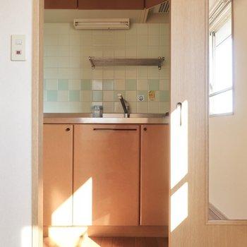 キッチンは扉を閉めて目隠しも◎(※写真は12階の同間取り、角部屋のものです)