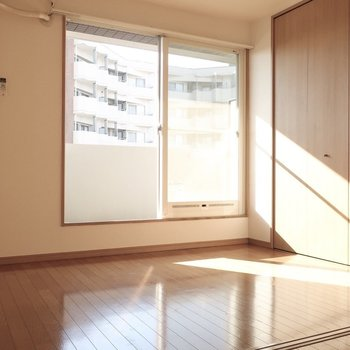 洋室には大きめベッドを置いてみたいな♪(※写真は12階の同間取り、角部屋のものです)