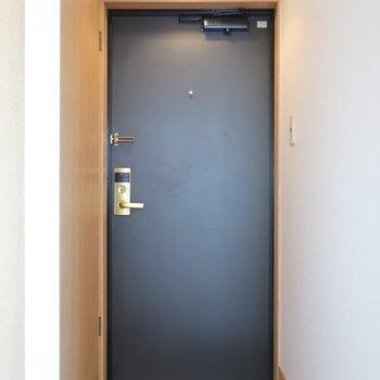 玄関はシンプルな雰囲気。(※写真は12階の同間取り、角部屋のものです)