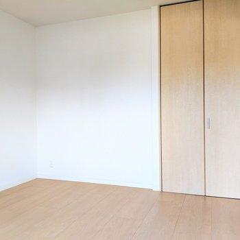 やさしい色合いの洋室。(※写真は清掃前のものです)