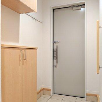 玄関周りも清潔感ある色合い。手すりが優しい〜(※写真は清掃前のものです)