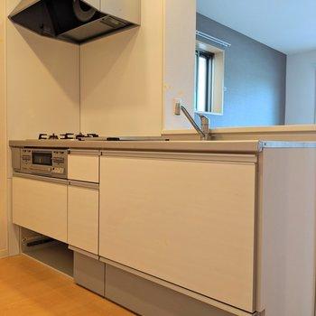 プレーンなホワイトのキッチン。床下収納あります!(※写真は清掃前のものです)