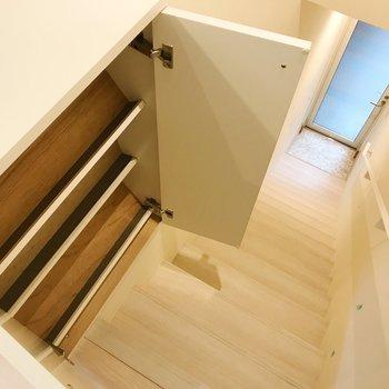 階段上に靴箱。フラップ式です。 ※写真は前回募集時のものです
