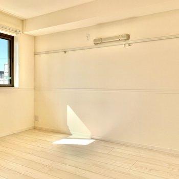 【洋室】ピクチャーレールでお部屋に彩りを加えたいですね