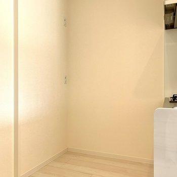 【LDK】後ろに冷蔵庫が置けますよ※写真は1階の同間取り別部屋のものです