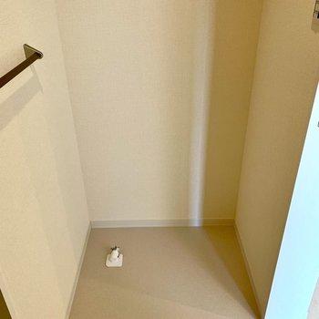 洗濯機置き場の上には棚がありますよ※写真は1階の同間取り別部屋のものです