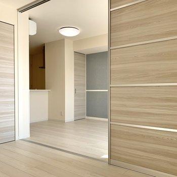 【洋室】お部屋を出て、次は水まわりを見ていきましょう※写真は1階の同間取り別部屋のものです