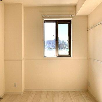 【洋室】ベッドを置いても余裕のある広さ※写真は1階の同間取り別部屋のものです