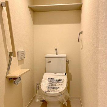棚には予備のトイレットペーパーが置けます※写真は1階の同間取り別部屋のものです