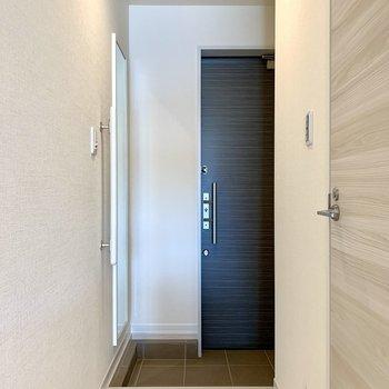 姿見鏡で身だしなみチェックが出来ますね※写真は1階の同間取り別部屋のものです