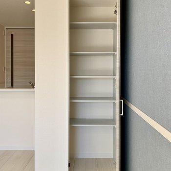 【LDK】こちらの収納には本などを入れても※写真は1階の同間取り別部屋のものです