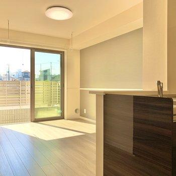 【LDK】キッチンからそっと見守れる※写真は1階の同間取り別部屋のものです