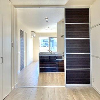 【洋室】2枚の引き戸で仕切ります※写真は1階の同間取り別部屋のものです