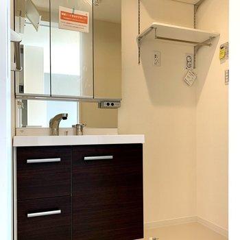 洗面台と洗濯機置き場は隣り合っています※写真は1階の同間取り別部屋のものです