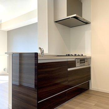 【LDK】調理器具もたっぷり入るキッチン※写真は1階の同間取り別部屋のものです