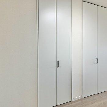 【洋室】収納はドーンとあります※写真は1階の同間取り別部屋のものです