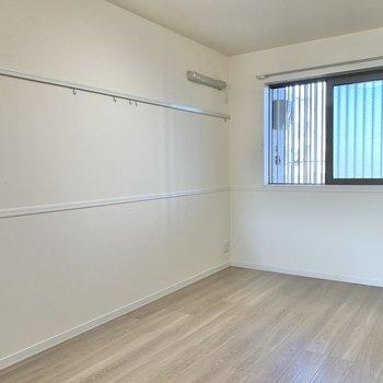 【洋室】ピクチャーレールでお部屋に彩りを加えたいですね※写真は1階の同間取り別部屋のものです