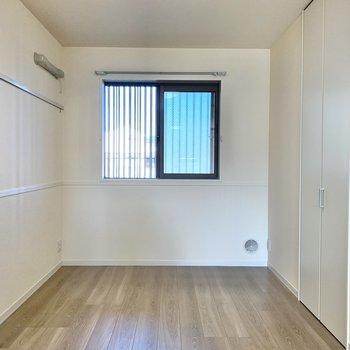 【洋室】ベッドを置いても余裕があります※写真は1階の同間取り別部屋のものです