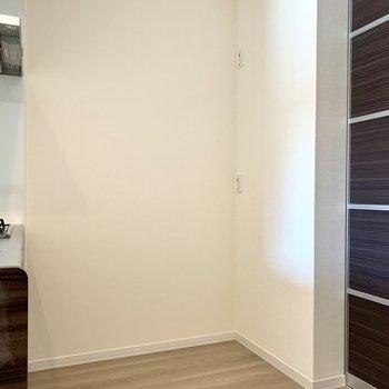 【LDK】後ろに冷蔵庫が置けますね※写真は1階の同間取り別部屋のものです