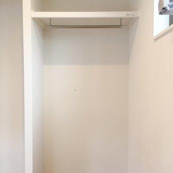 洋室のオープンクローゼットです。※写真は前回募集時のものです