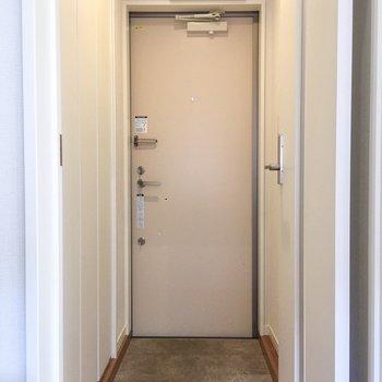 玄関は2人くらいなら立てそうです。※写真は前回募集時のものです