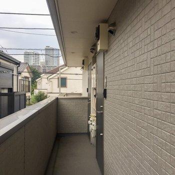共用部に屋根があるので雨の日も安心です!