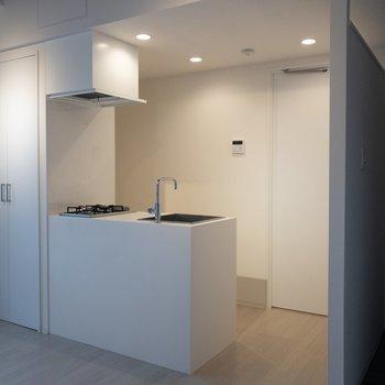 明るいキッチン※写真は2階の同間取り別部屋のものです