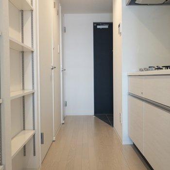 洋室から玄関まで 左側にはシェルフがあります