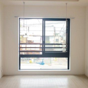 お部屋の正面には大きな窓が