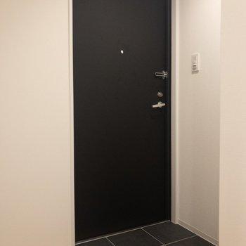 玄関前には黒のタイルが