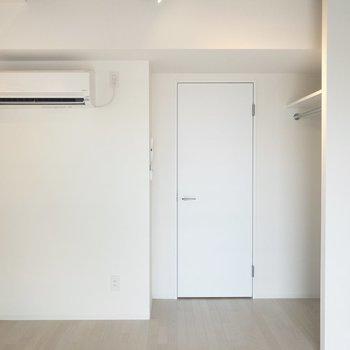 扉も壁も白で爽やか