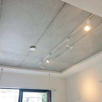 天井はコンクリート打ちっぱなしでクール