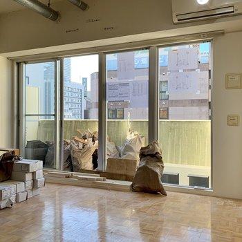 工事中】北向きの大きな窓!日中はまばゆく明るい感じで決して暗くないですよ