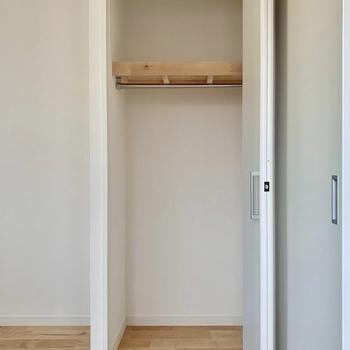 【収納イメージ】扉は方折れ戸で、中まで無垢床仕様!