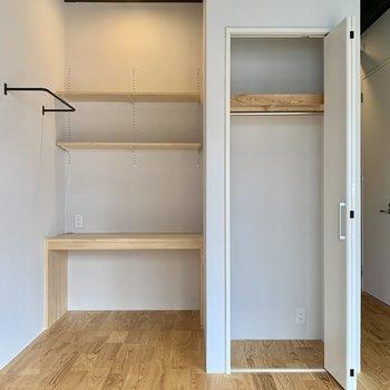 収納はクローゼットタイプで扉も省スペースの折れ戸。