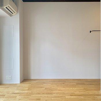 全面無垢床張りが気持ちいい◎ん、天井が黒い、、?