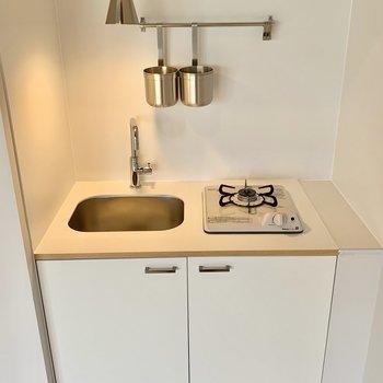 キッチンはコンパクトでも新品。カウンターなど作って工夫できそうですね