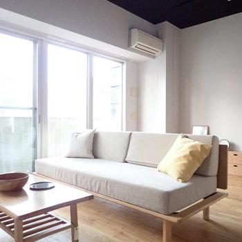 【家具イメージ】窓が大きくって、ソファでゆったりするだけで癒やされそう