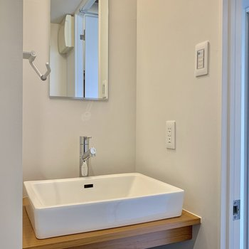 洗面台は造作チックなシンプルスタイル