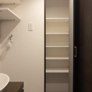 【上階】タオルなどがたくさん入りそう