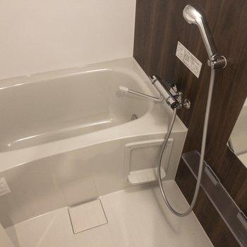 【上階】バスルームは追い焚き機能と浴室乾燥機付き