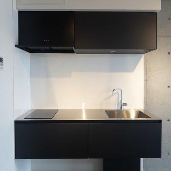 【下階】キッチンは黒でスタイリッシュ
