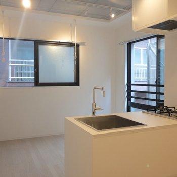 キッチンも含めて整っている※写真は2階の同間取り別部屋のものです